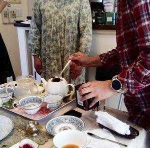 生徒が紅茶を淹れる